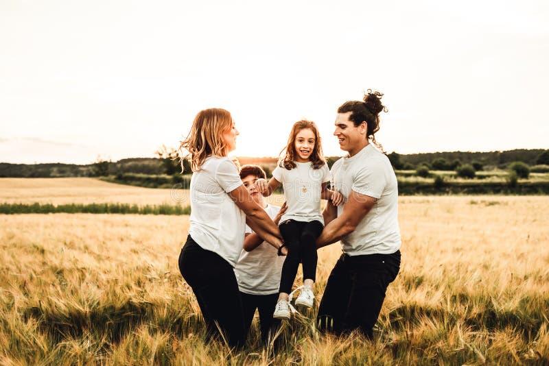 幸福家庭获得乐趣在领域 一个快乐和团结的家庭的概念 库存照片