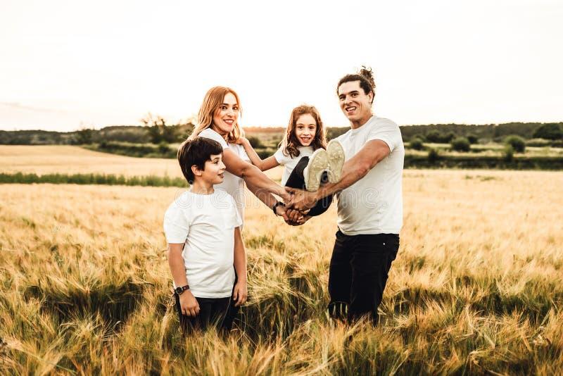 幸福家庭获得乐趣在领域 一个快乐和团结的家庭的概念 免版税库存图片