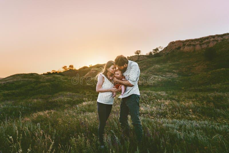 幸福家庭走的母亲和父亲有婴孩的 免版税图库摄影