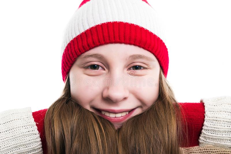 幸福寒假圣诞节 少年概念-微笑的年轻女人红色帽子的,围巾和在白色背景 库存图片