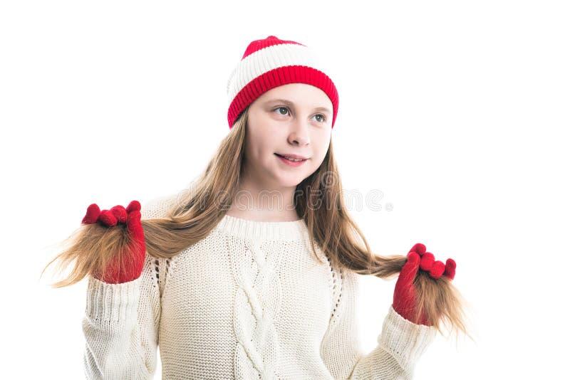 幸福寒假圣诞节 少年概念-微笑的年轻女人红色帽子的,围巾和在白色背景 免版税图库摄影