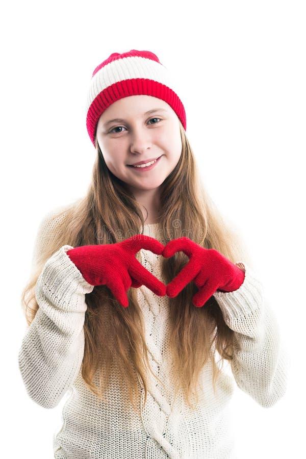 幸福寒假圣诞节 少年概念-微笑的年轻女人红色帽子的,围巾和在白色背景 免版税库存照片