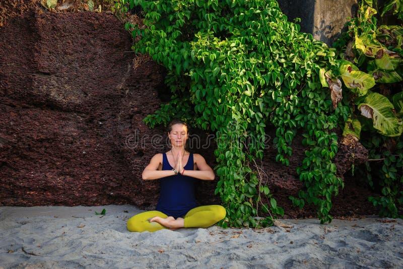 幸福年轻女人实践的瑜伽画象在户外的 瑜伽和放松概念 美女实践asana 库存照片