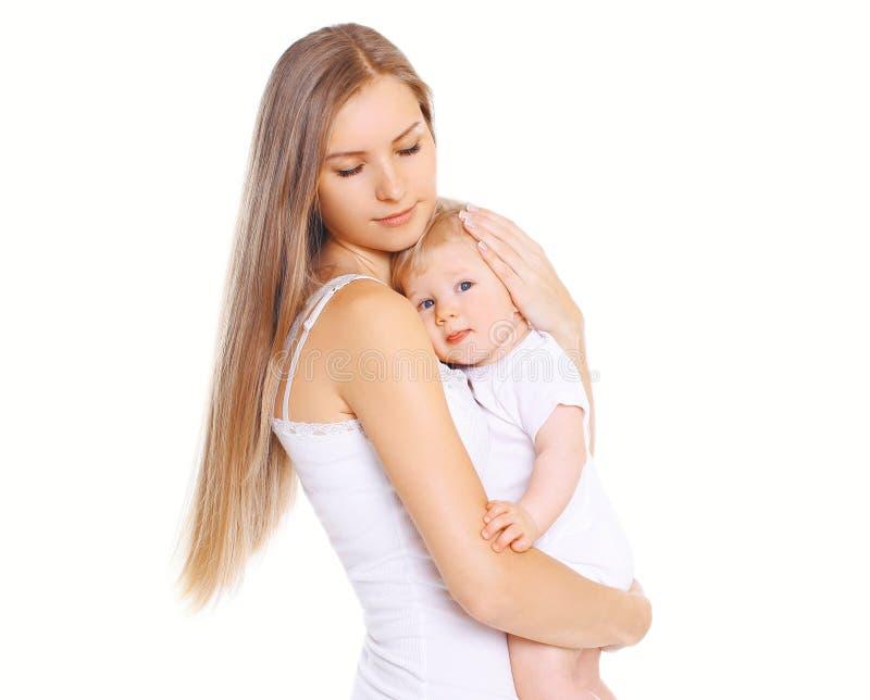 幸福母亲!美丽的年轻爱恋的妈妈拥抱她的婴孩 库存照片