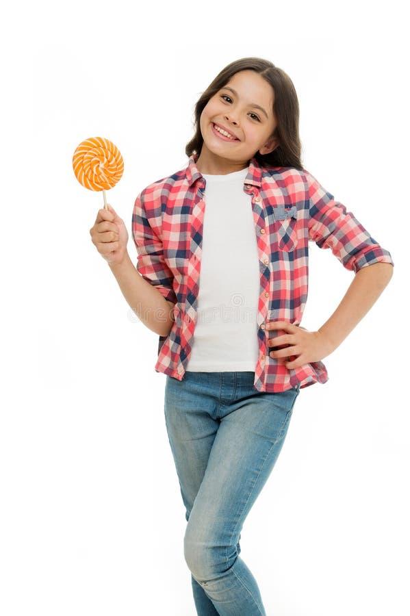 幸福甜点 能加糖使我们愉快 女孩笑容举行甜棒棒糖 象棒棒糖糖果被隔绝的白色的女孩 库存照片