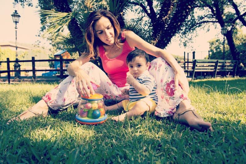 幸福-有她的被应用的儿童温暖的过滤器的母亲 免版税图库摄影