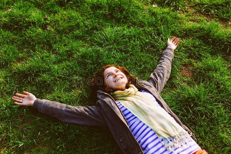 Download 幸福 库存照片. 图片 包括有 生命力, 自由, 愉快, 无忧无虑, 放松, 公园, 快乐, 乐观, 健康 - 62531870