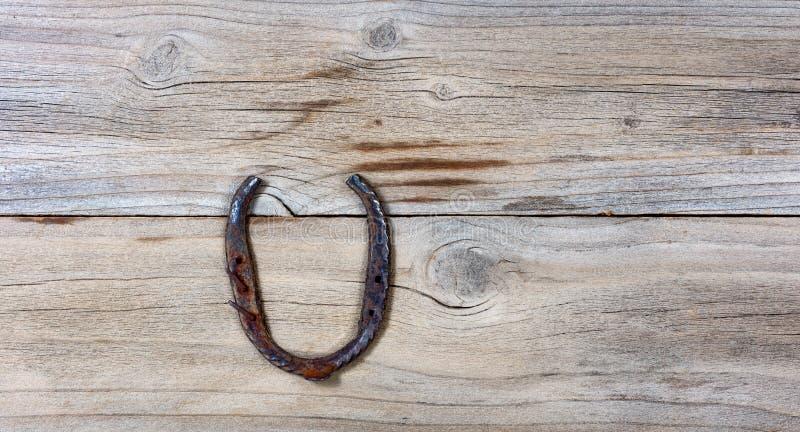 幸运的生锈的马掌为在木背景的圣Patick假日 免版税库存照片