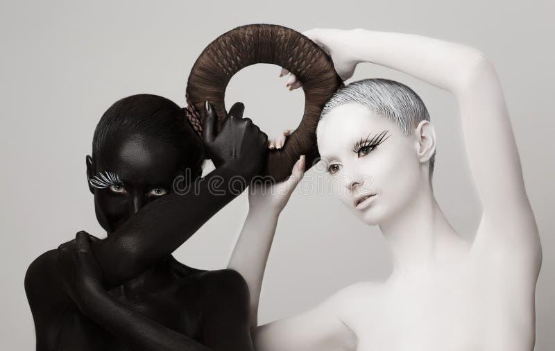 幻想。 Yin &杨神秘的符号。 黑人&白人妇女剪影 免版税库存照片