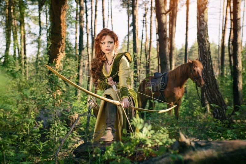 幻想中世纪妇女狩猎在奥秘森林里 免版税库存图片