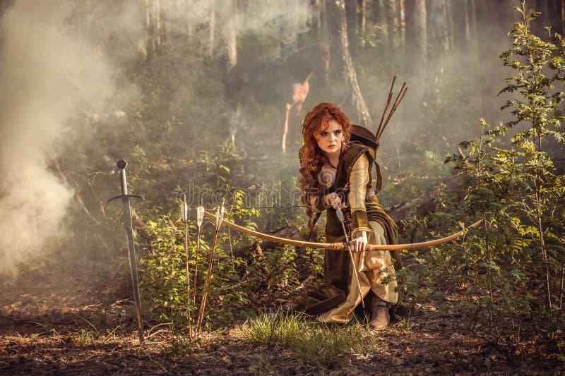 幻想中世纪妇女狩猎在奥秘森林里 免版税图库摄影