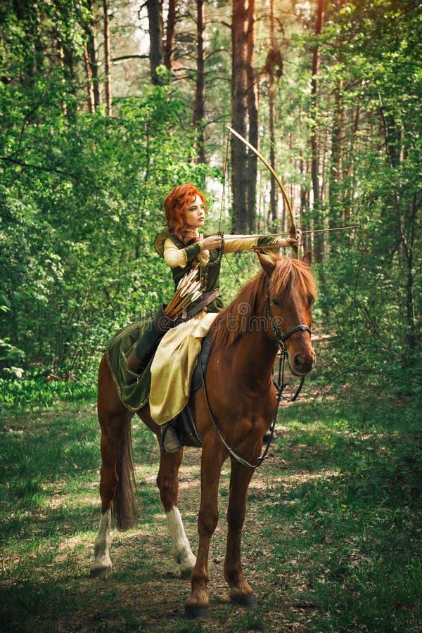 幻想中世纪妇女狩猎在森林里 免版税库存照片