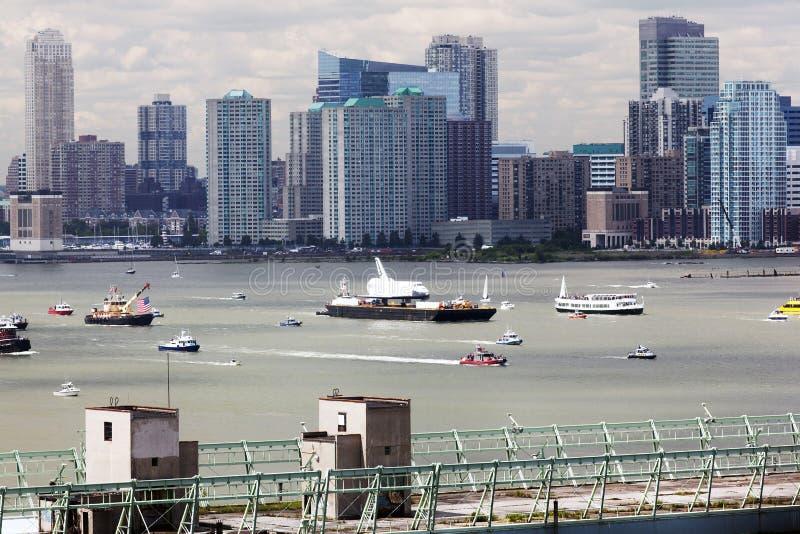 幻想场面,在一条小船的太空飞船在其他旁边的河运送和在NYC的小船 库存照片