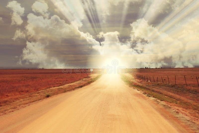 幻想日出日落在土路结束时-天际 免版税库存照片