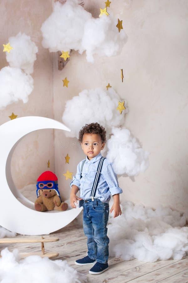 幼儿园 r 一名小飞行员的冒险 黑人男孩飞行员 孩子,试验学校,创新 梦想,事业,adventur 库存照片