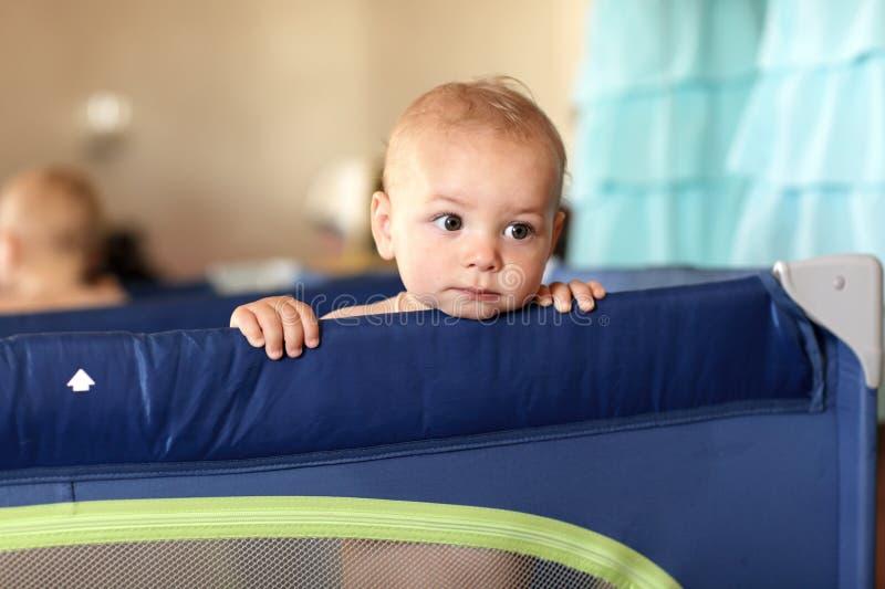 幼儿围栏的沉思婴孩 免版税库存照片
