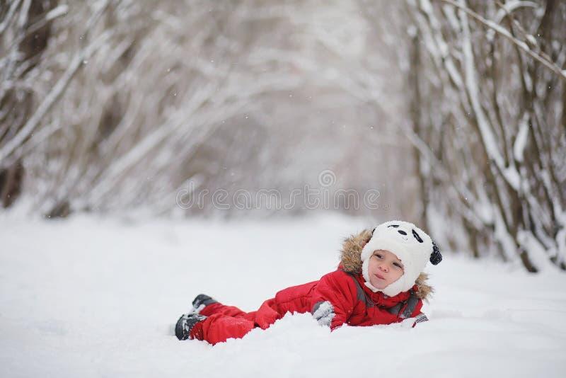 幼儿在冬天公园 免版税图库摄影