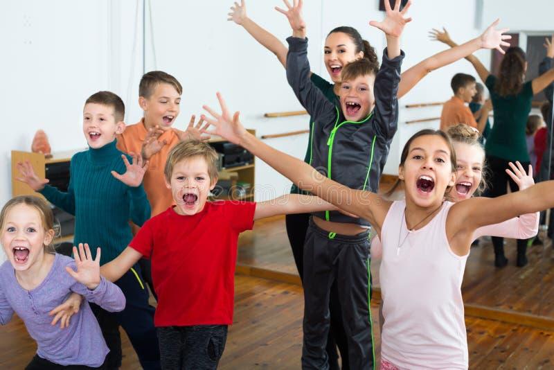 幼儿在获得舞蹈的演播室乐趣 免版税图库摄影