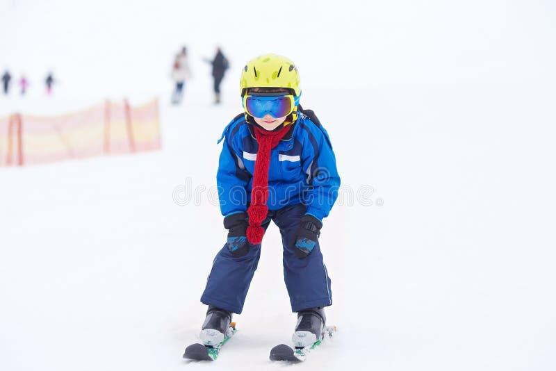 幼儿,滑雪在滑雪胜地的雪倾斜在奥地利 库存图片