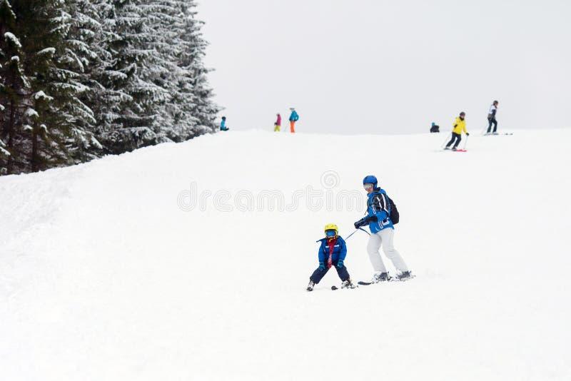 幼儿,滑雪在滑雪胜地的雪倾斜在奥地利 免版税库存图片