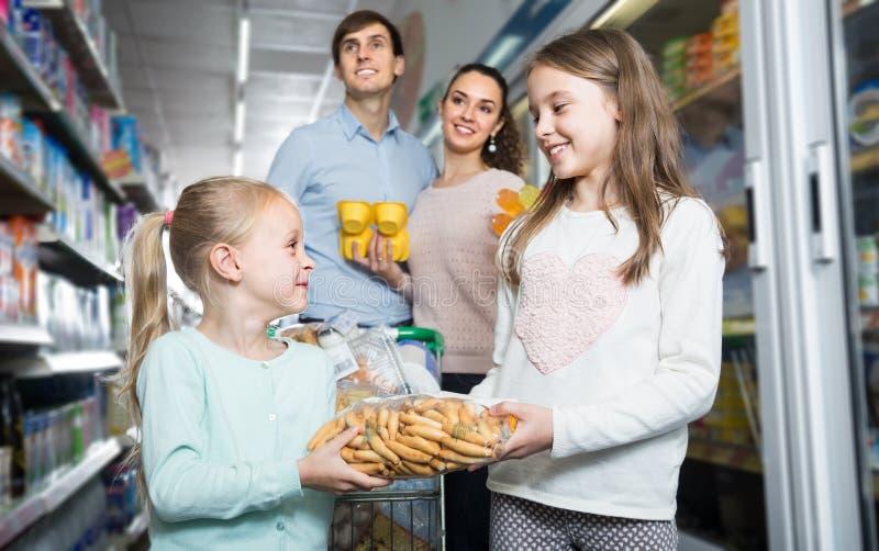 幼小四口之家在大型超级市场 库存照片