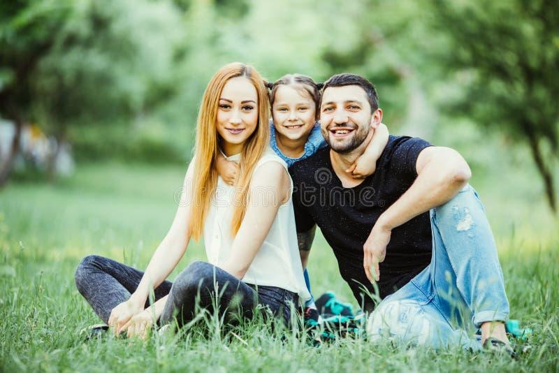 幼小愉快的三口之家获得室外的乐趣一起 幸福和和谐在家庭生活中 外面系列乐趣 免版税库存图片