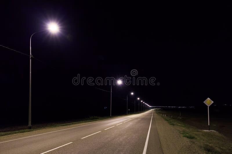 幽静柏油路在晚上在夏天 免版税图库摄影
