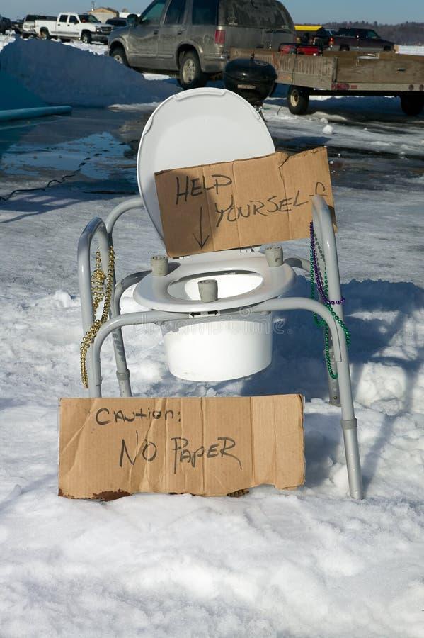 幽默便携式的马桶座在多雪的地形 免版税库存图片