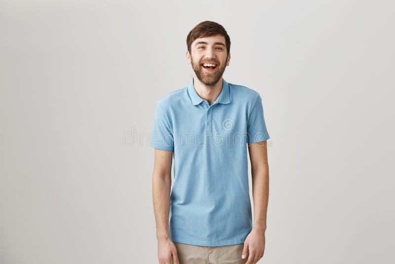 幽默感使人独特 笑苗条普通的白种人的人画象有胡子的和髭和 库存照片