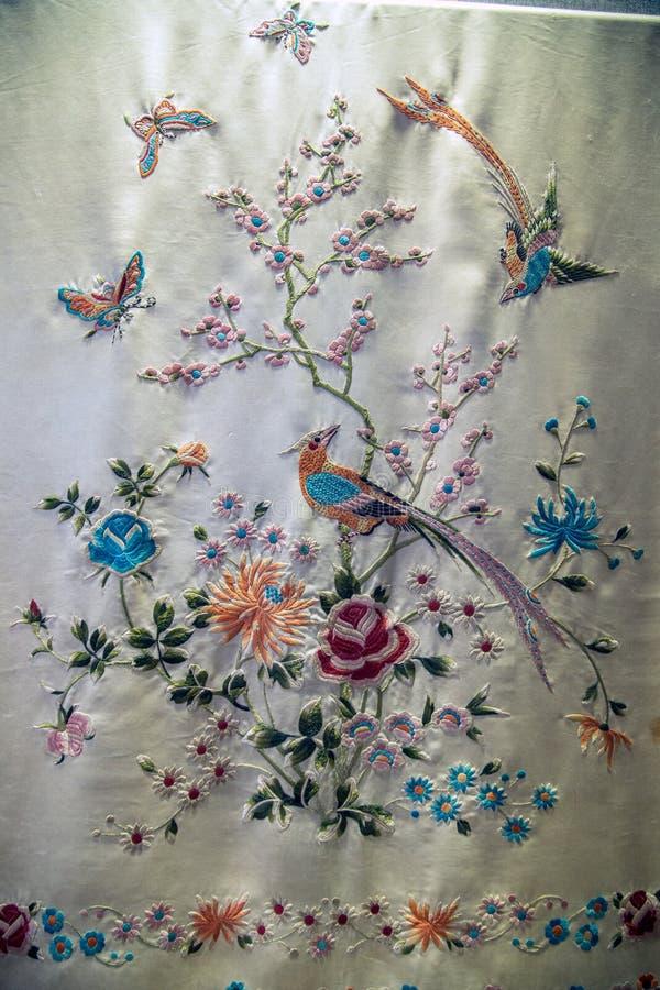 广东刺绣艺术, Caragana花蝴蝶图案披肩 免版税库存图片