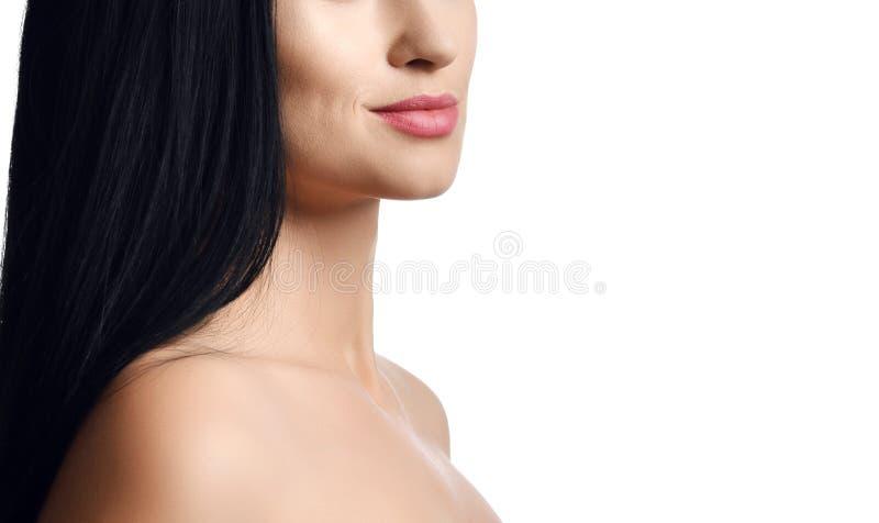 广告妇女浅黑肤色的男人画象的概念关闭有长的直发有光秃的肩膀的和轻微的微笑的在她的嘴唇 免版税库存图片