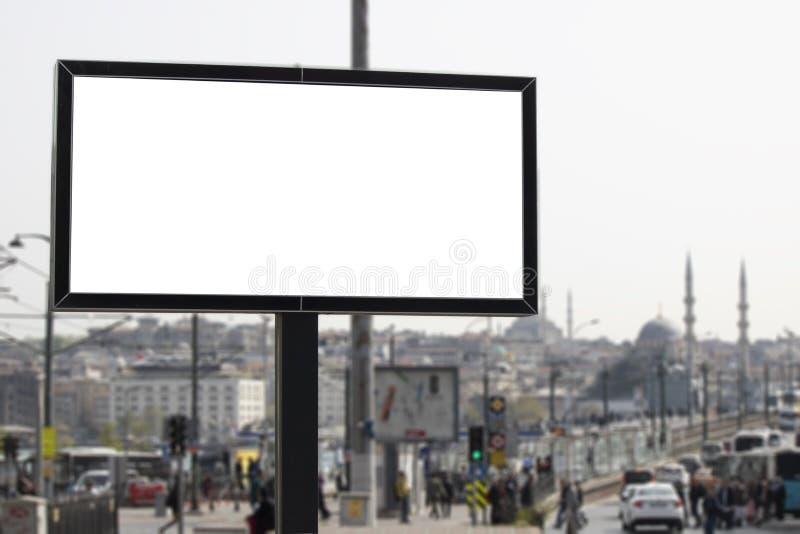 广告标志和城市和人们后边 免版税库存照片