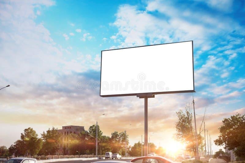 广告牌帆布嘲笑在城市背景美好的天气和阳光 免版税图库摄影