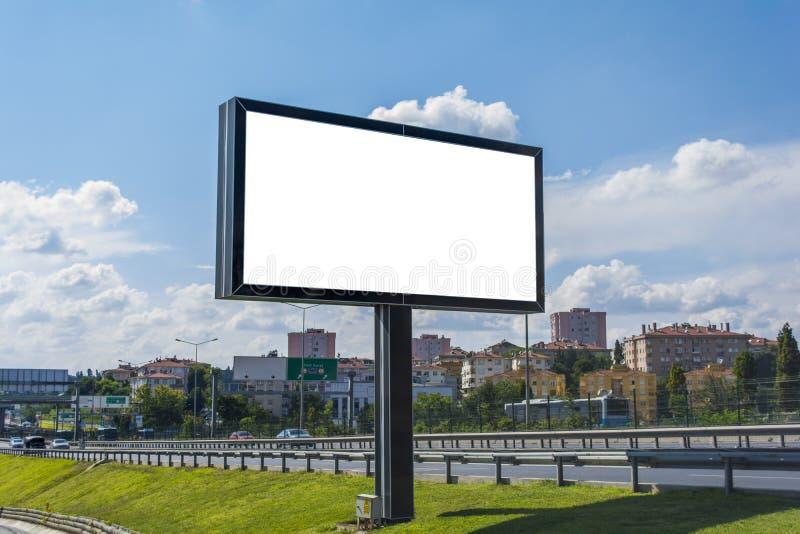 广告牌帆布大模型在城市和蓝天背景中 天空 库存图片