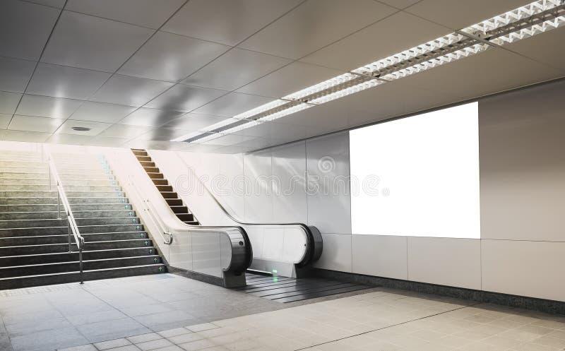 广告牌横幅标志嘲笑在有自动扶梯的地铁 免版税库存照片