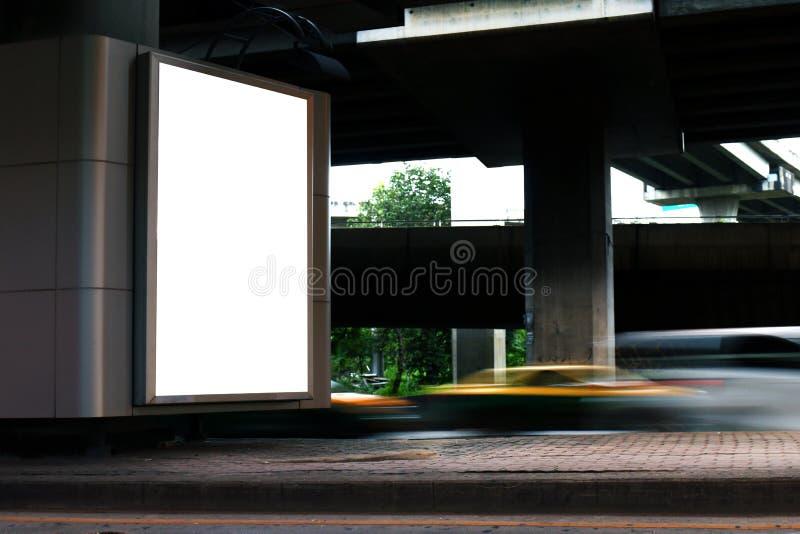 广告牌灯箱空白白光签字在标志广告的在路,广告牌空箱子的标志高速公路盘区下 图库摄影