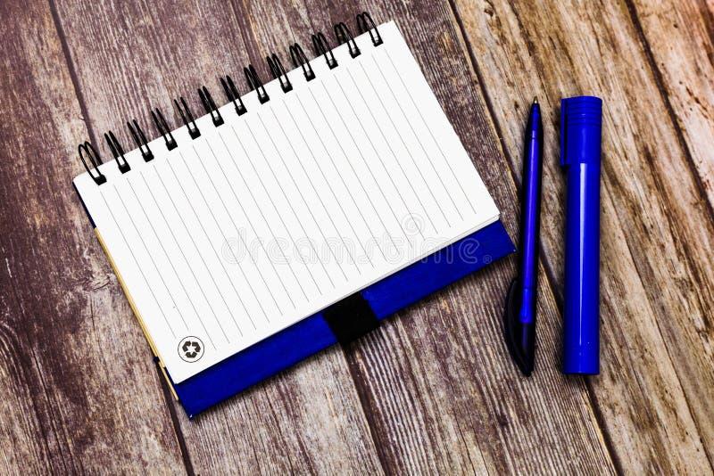 广告网站空白的设计企业概念空的模板拷贝空间文本被折叠的螺纹笔记本一半和 免版税库存照片