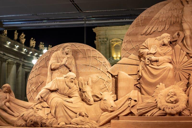 广场圣彼得罗岛,诞生场面体会与耶索洛沙子和用金色光装饰的圣诞树 免版税库存图片