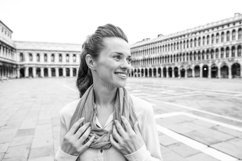 广场圣marco的在威尼斯,ita愉快的年轻女人 库存图片