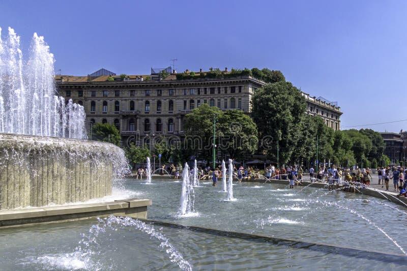 广场帝堡城,米兰,意大利看法从喷泉的 免版税库存照片
