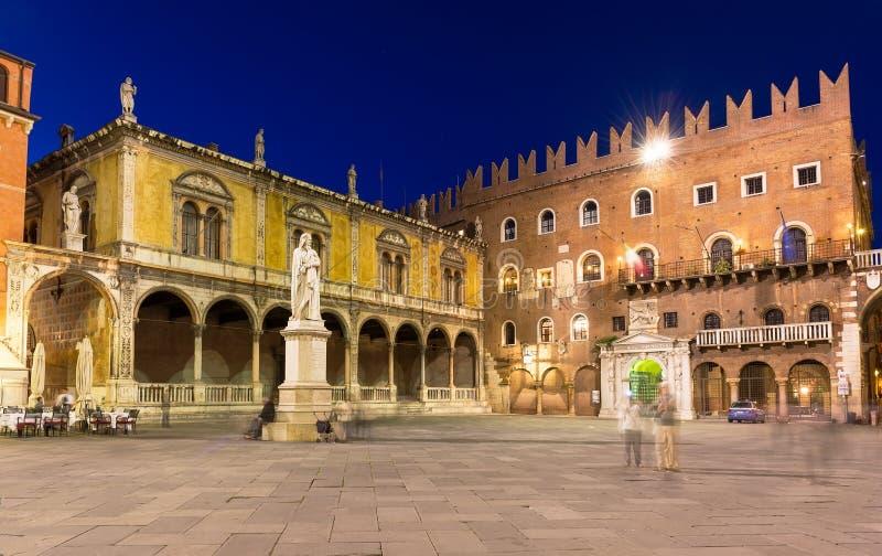 广场有丹特雕象的dei绅士在维罗纳 免版税库存图片
