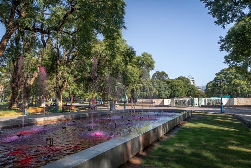 广场有红潮的Independencia独立广场喷泉喜欢酒- Mendoza,阿根廷- Mendoza,阿根廷 免版税库存图片
