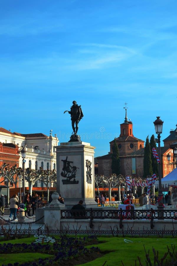 广场西万提斯在埃纳雷斯堡,西班牙,对西万提斯的一座纪念碑, 免版税库存图片