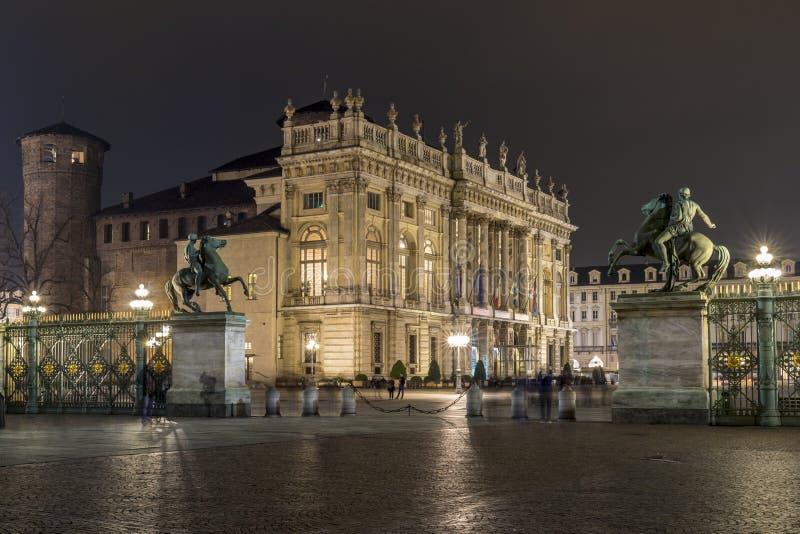 广场Castello在晚上,都灵意大利 库存照片