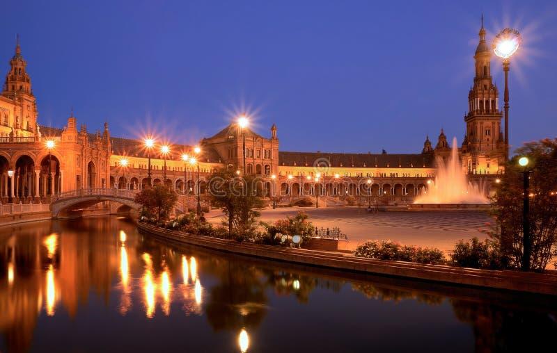 广场de西班牙塞维利亚在晚上 库存图片