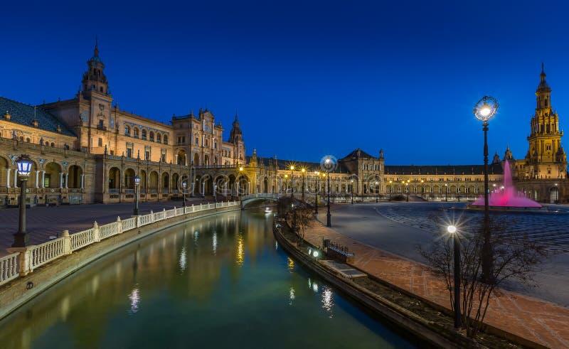 广场de西班牙塞维利亚在晚上 库存照片