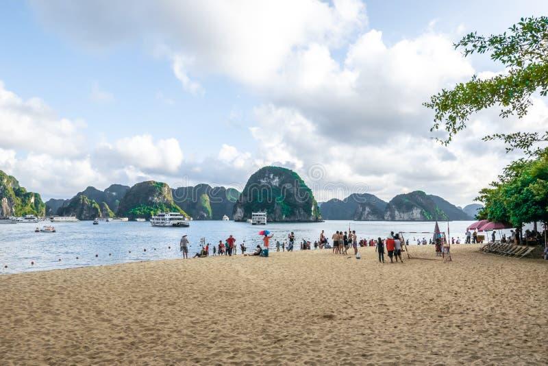广宁省,越南,2018年10月14日:观点的旅客得到放松在海滩在钛上面海岛,一个海岛在的下龙湾- 图库摄影
