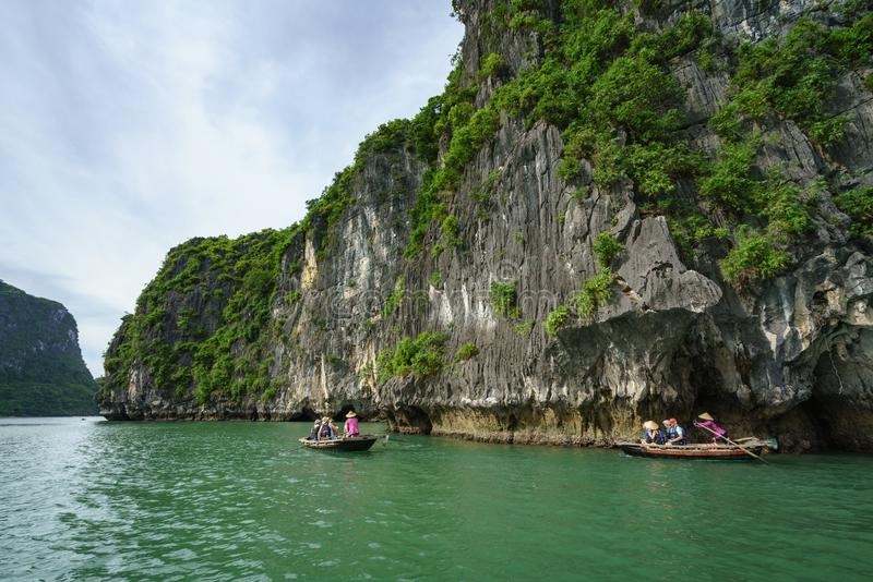 广宁省,越南- 2017年8月12日:哈隆海湾在越南,联合国科教文组织世界遗产名录站点,有旅游划艇的 库存照片