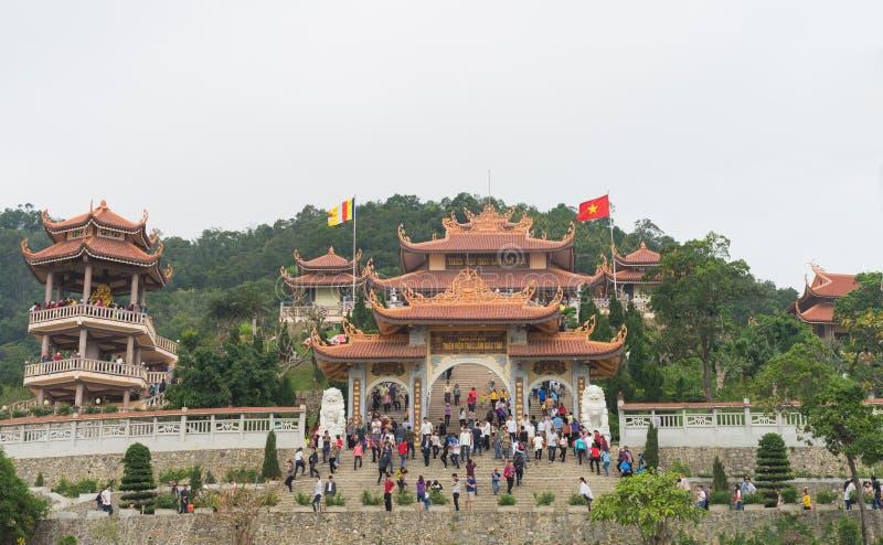 广宁省,越南- 2015年3月22日:Giac Tam禅宗修道院, Cai Bau塔宽外部正面图在范唐 拥挤人民 免版税库存照片