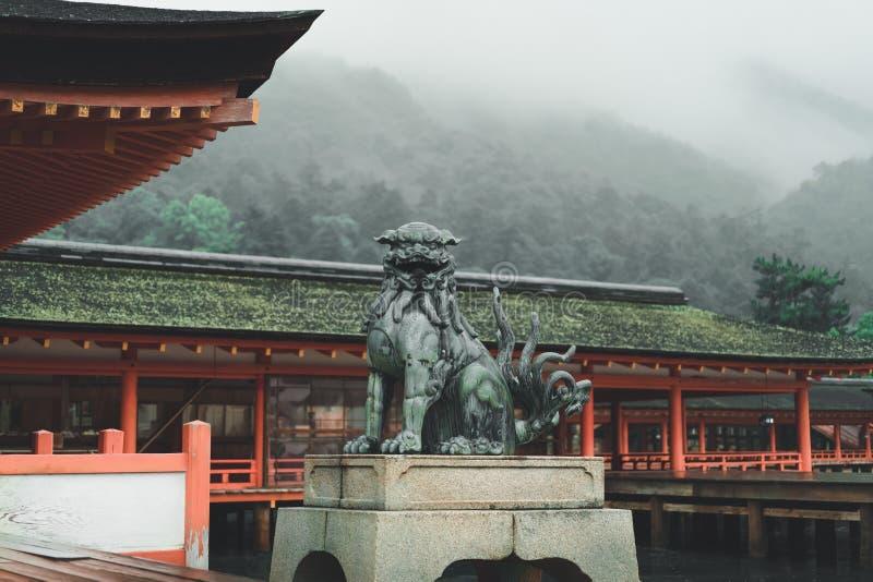 广岛狮子在寺庙前面的狗雕象 库存图片